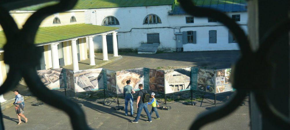 Костроматурс рекомендует: фотовыставка на месте археологического раскопа, рядом в музее — артефакты из него